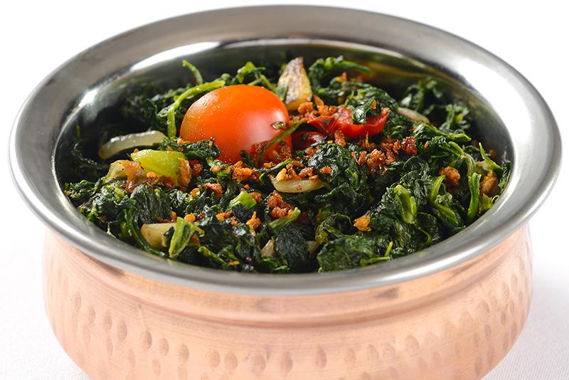 saag bhaji in copper bowl