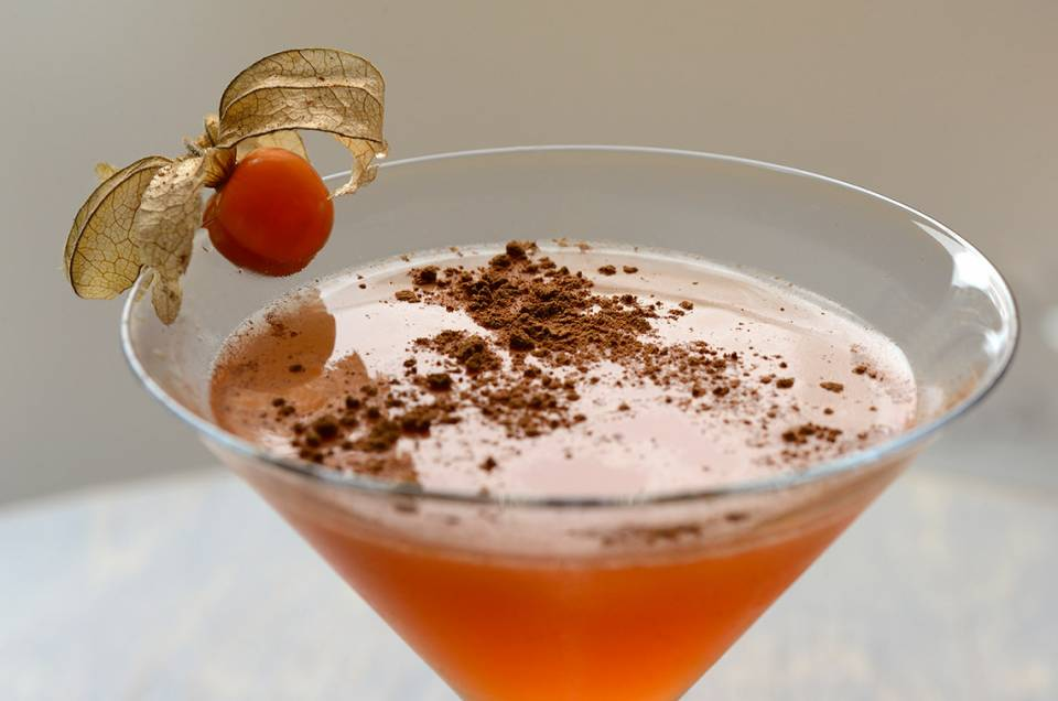 Cocktail Pomme D topped with cinnamon